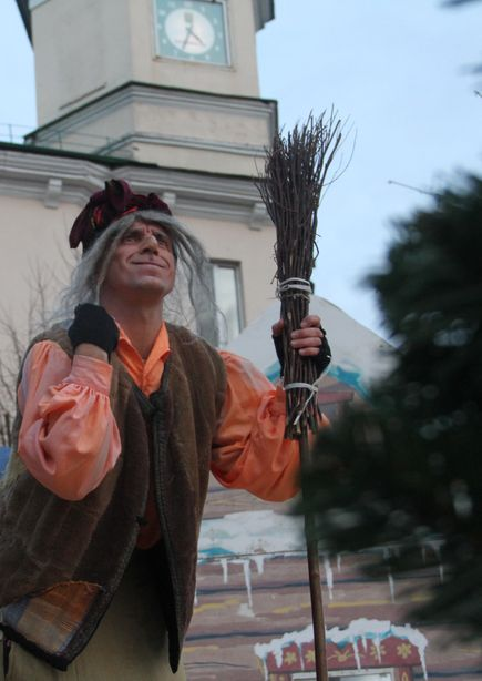 Самый яркий персонаж представления – Баба Яга. Фото: Александр ТРИПУТЬКО.