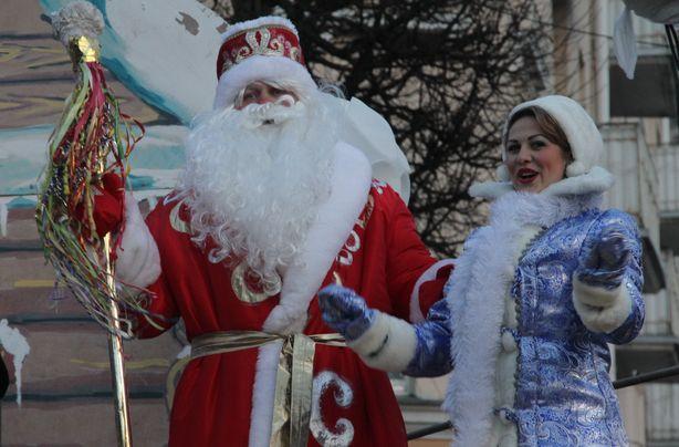 Дед Мороз и Снегурочка зажигают огни. Фото: Александр ТРИПУТЬКО.