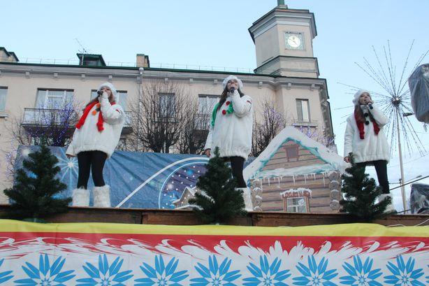 Снеговики в шарфиках цветов национальной символики смотрелись торжественно. Фото: Александр ТРИПУТЬКО.