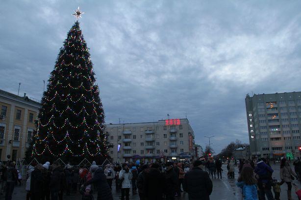 Огни на главной елке города. Фото: Александр ТРИПУТЬКО.