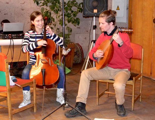 Виолончелистка и лютнист исполнили средневековую музыку и современные песни