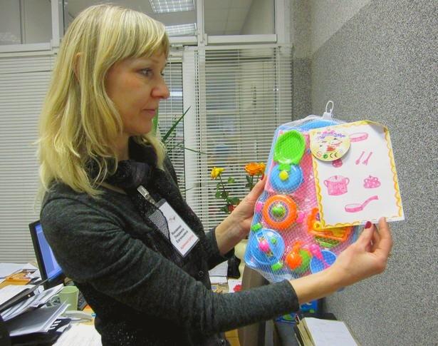 Администратор ДТ Радуга Людмила Яковенко показывает кукольный набор посуды, который купили для одной из девочек. Фото: Ольга ШИРОКОСТУП