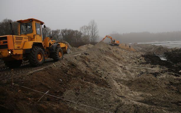 Откосы  плотины станут шире и мощней. Фото:Дмитрий МАКАРЕВИЧ