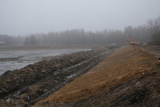 Поверх песка будут уложены водонепроницаемое синтетическое полотно, щебень и железобетонные плиты. Фото: Дмитрий МАКАРЕВИЧ