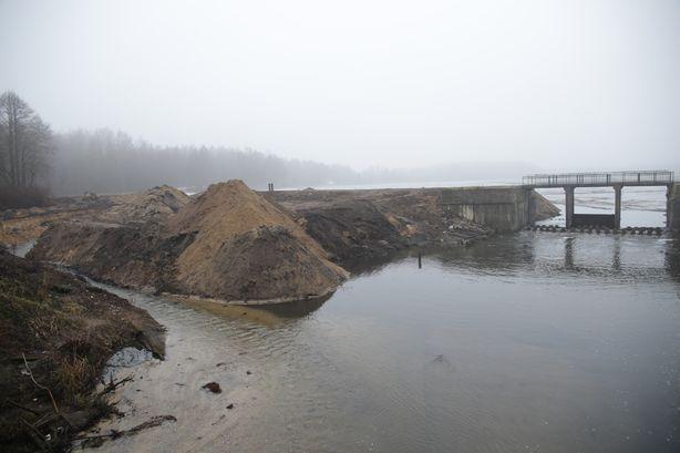 Реку Мышанка пустят по дополнительному руслу и, когда вода уйдет в обход плотины, начнут реконструкцию водозаборного сооружения. Фото: Дмитрий МАКАРЕВИЧ