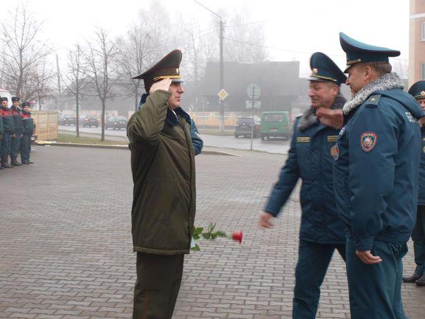Министр по чрезвычайным ситуациям Владимир Ващенко вручает медаль прапорщику Александру Коноховичу. Фото: Михаил МАТЯС