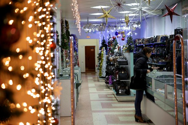 Новогодняя торговля в Барановичах. Фото: Дмитрий МАКАРЕВИЧ