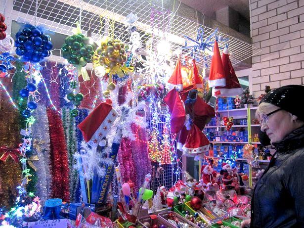 Новогодняя торговля в Барановичах. Фото: Ольга ШИРОКОСТУП
