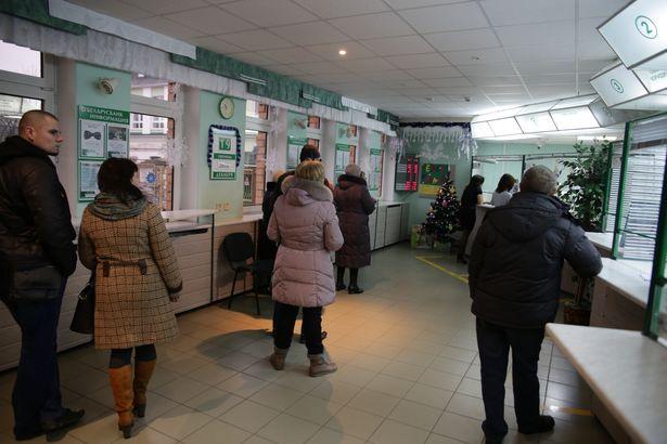 Очереди в барановичских обменниках 19 декабря. Фото: Дмитрий МАКАРЕВИЧ