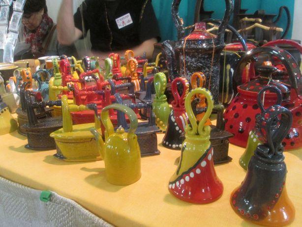 Колокольчики из керамики в виде старинных утюгов и чайников. Фото: Татьяна НЕКРАШЕВИЧ.