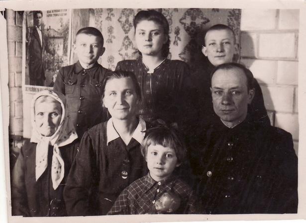 Ядвіга Легун, навучэнка 9 класа (у верхнім радзе), з бацькамі, бабуляй, братамі і сястрой.