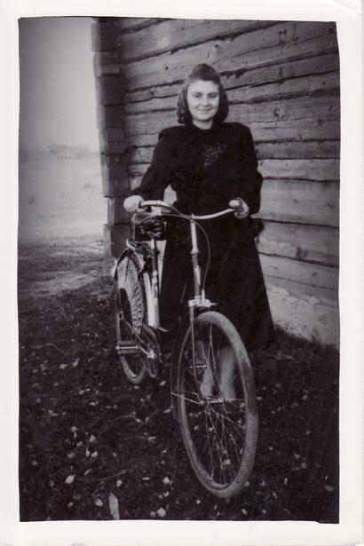 За першую зарплату настаўніцы Ядвіга набыла ровар (1952 год).