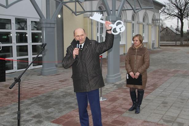 Ключ в руках начальника вокзала Анатолия Новикова. Фото: Александр ТРИПУТЬКО.