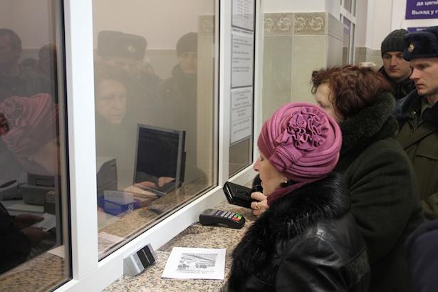 Первые пассажиры покупают билеты. Фото: Александр ТРИПУТЬКО.