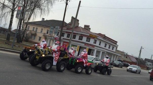 Деды Морозы в Барановичах. Фото Евгении Шейны