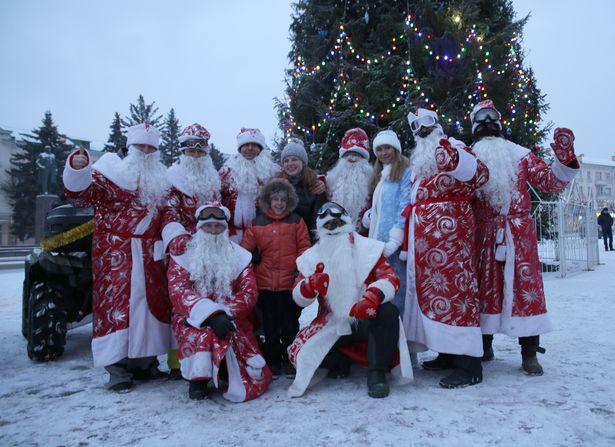 Фотофакт: Деды Морозы на квадроциклах катаются по Барановичам. фото Дмитрий МАКАРЕВИЧ