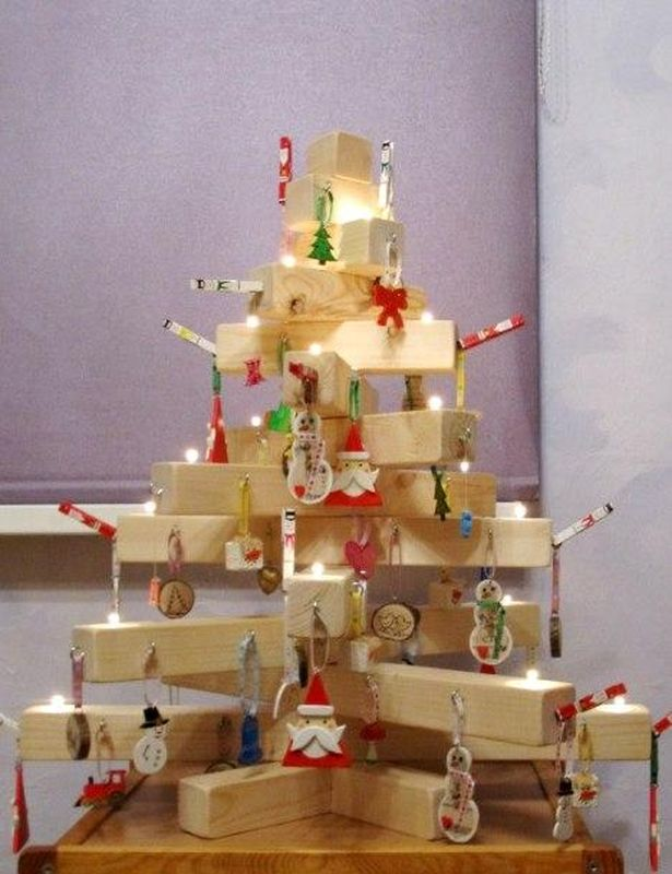 В этом году семья Даркович зажжет на деревянной елке настоящие свечи.