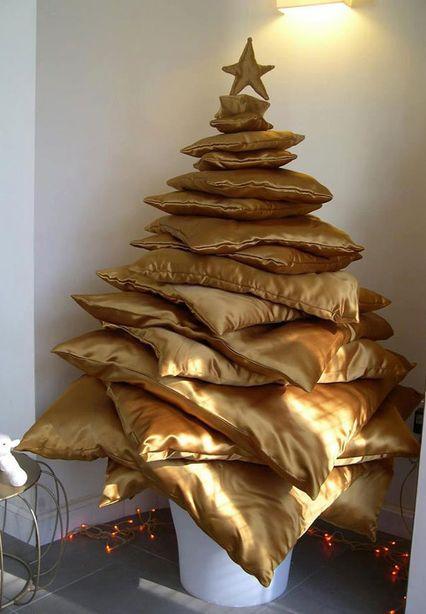 Специально для лежебок - елка из подушек. Фото: http://shabby-decor.ru