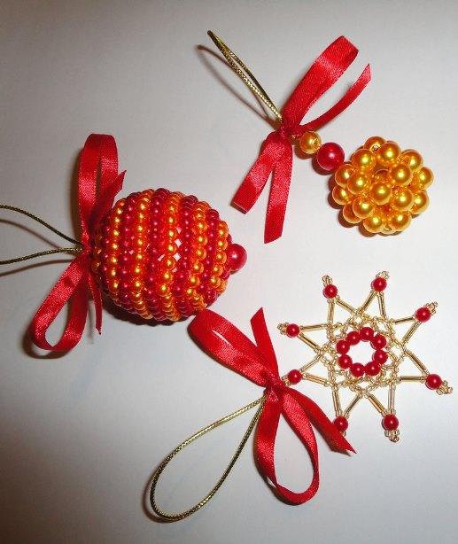 Новогодние игрушки из бисера и стекляруса. Фото из архива Екатерины Кипель.