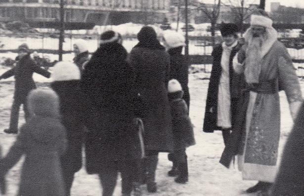 Новогодний хоровод около Дворца культуры «Текстильщик», 1976 год. Фото: архив Елены ГРИЦЕВСКОЙ