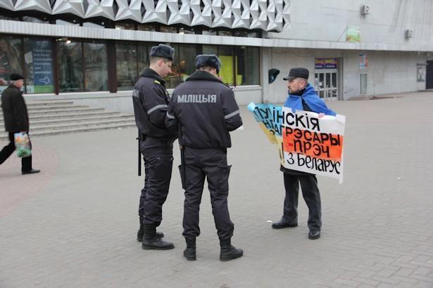 Активист Владимир Гундарь провел одиночный пикет солидарности с украинским народом, 4 марта 2014 года.