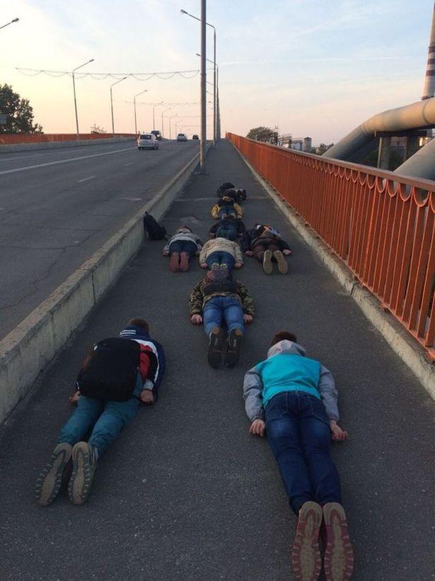 Планкинг барановичских школьников на мосту. Фотографии, выложенные в соцсети, принесли подросткам не только славу, но и проблемы.