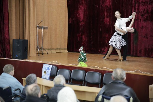 Илья Малафей и Анна Павловец (ансамбль бальных танцев «Вэсма») исполнили для жителей интерната вальс. Фото: Дмитрий МАКАРЕВИЧ