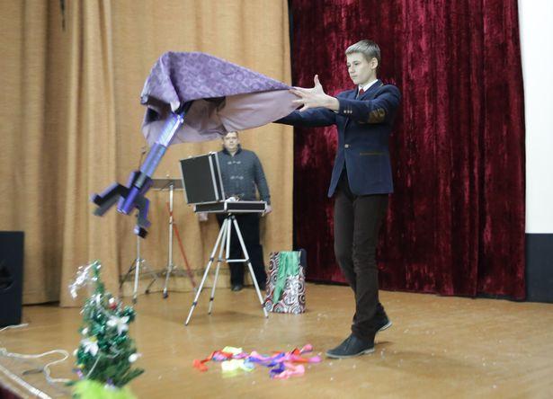 Ученик СШ №19 Александр Шишук показал несколько зрелищных фокусов. Фото: Дмитрий МАКАРЕВИЧ
