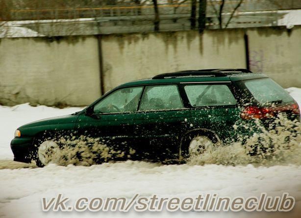 Водители тренировались правильно действовать при заносе. Фото: Илья Космовских.