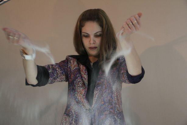 В процессе создания анимационного фильма Кристина Канашова подсыпает песок, чтобы начать новый фрагмент. Фото: Александр ТРИПУТЬКО.