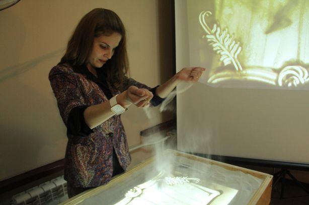 Песок для картин Кристина покупает в зоомагазине. Фото: Александр ТРИПУТЬКО.