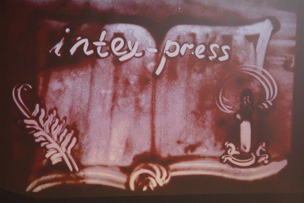 Рисунок в подарок газете Интекс-пресс. Фото: Александр ТРИПУТЬКО.