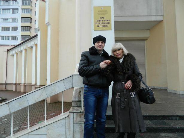 Зміцер і Віта Палойка на прыступках Баранавіцкага ЗАГСа. Фота: сямейны архіў