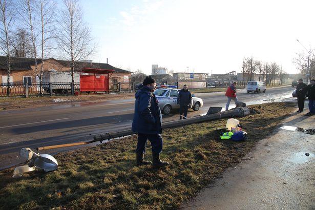 В Барановичах в результате ДТП сломана бетонная опора уличного освещения