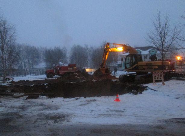 На месте прорыва канализации ведутся работы. Фото: Татьяна НЕКРАШЕВИЧ.
