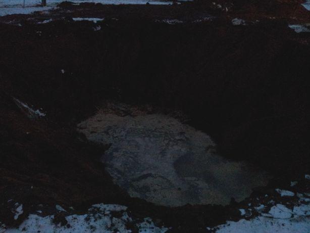 Яма, из которой откачивают сточные воды. Фото: Татьяна НЕКРАШЕВИЧ.