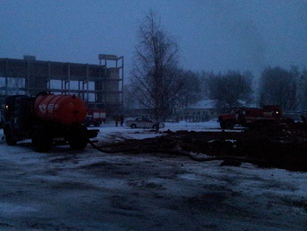 Работы по ликвидации аварии начались без промедления. Фото: Татьяна НЕКРАШЕВИЧ.