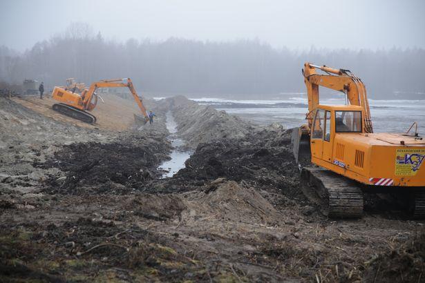 Специалисты УП «Ивацевичское ПМС» делают откосы дамбы на водохранилище Мышанка, очищают пляжную зону и береговую линию.