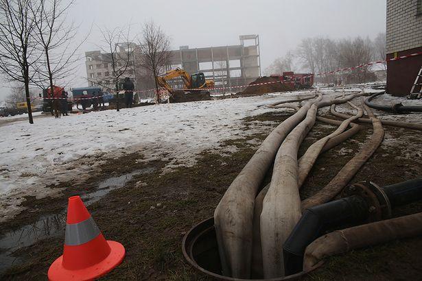 Из колодцев канализационного коллектора откачивают стоки. Фото: Дмитрий МАКАРЕВИЧ.