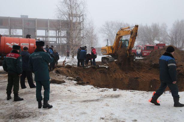 На месте аварии работает транспорт Водоканала и МЧС. Фото: Дмитрий МАКАРЕВИЧ.