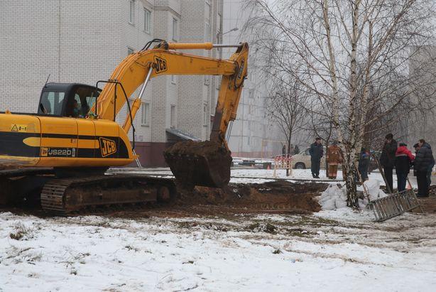 Экскаватор  расширяет воронку. Фото: Дмитрий МАКАРЕВИЧ.
