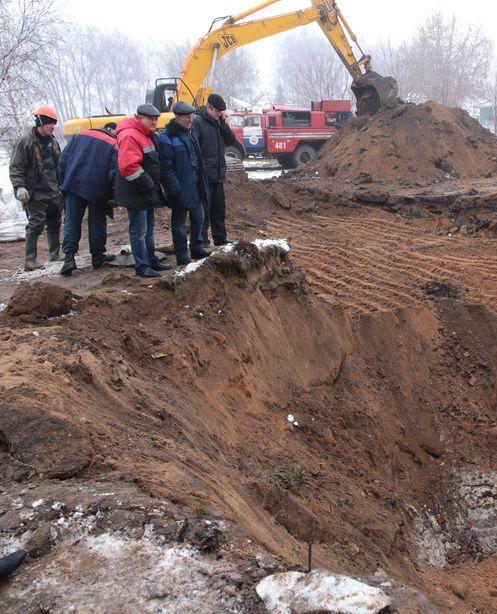 До трубы пока не добрались. Фото: Дмитрий МАКАРЕВИЧ.