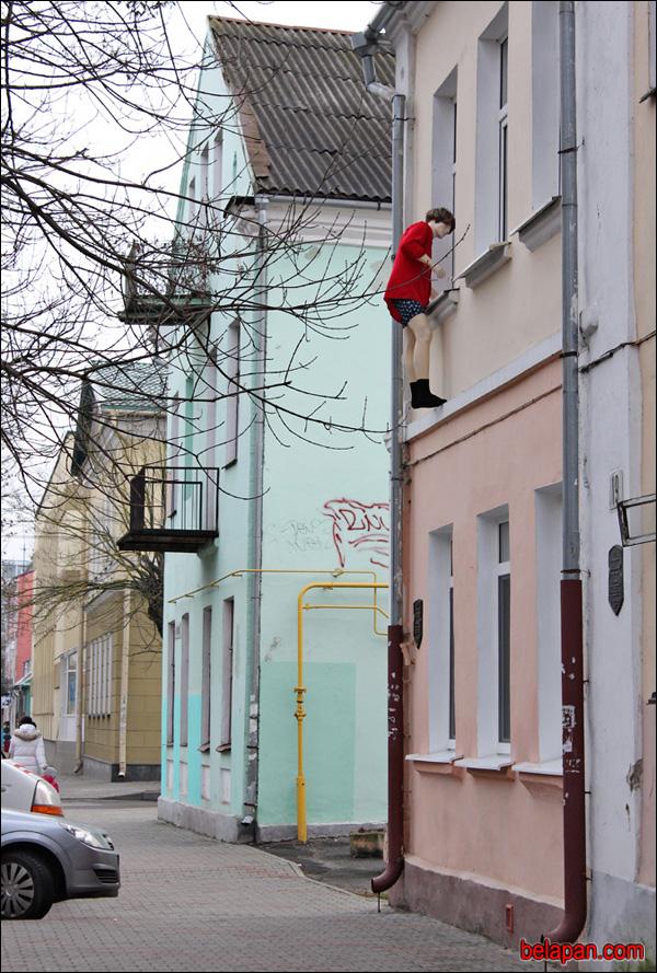 Инсталляция в Бресте — любовник, выбирающийся из окна