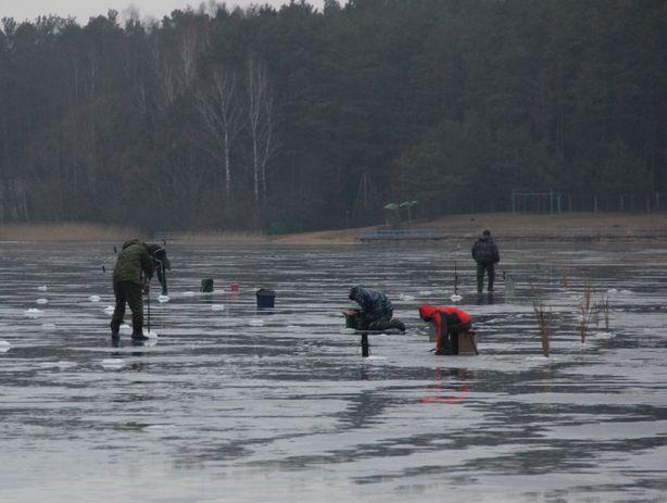 Несмотря на дождливую погоду, лед был крепким. Фото: Александр ТРИПУТЬКО