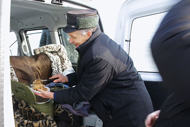 Мікола Чарнавус частаваў жадаючых касінерскай кашай і гарбатай