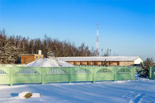 Вершина горы заботливо огорожена забором позитивного цвета.  Фото: Юрий ПИВОВАРЧИК