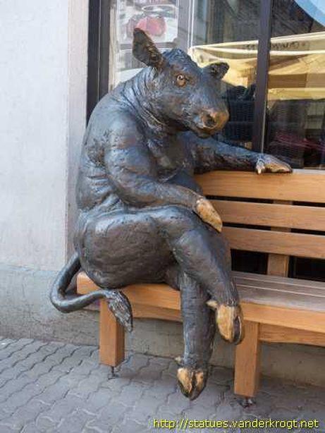 В Таллине можно посидеть с коровой на скамейке. Фото из соцсетей.