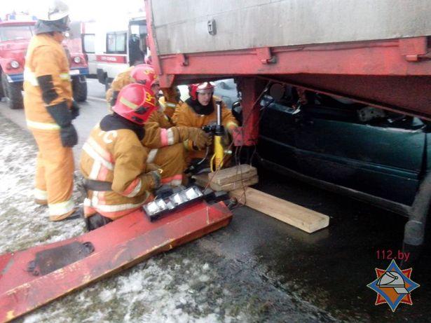 В аварии около д. Верхнее Чернихово погиб водитель Фольксвагена-Венто, пассажирку деблокировали сотрудники МЧС. Фото: сайт МЧС http://mchs.gov.by