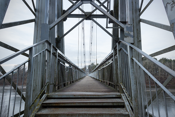 Вход на мост выглядит более чем впечатляюще. Фото: Юрий ПИВОВАРЧИК