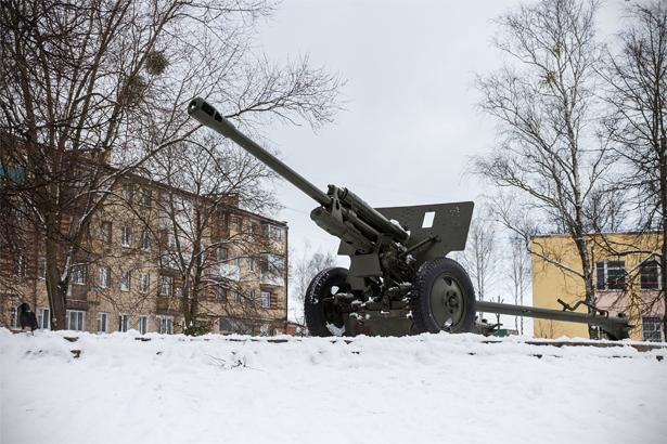 Памятник воинам-артиллеристам – 76,2 мм дивизионная пушка ЗИС-3 образца 1942 года находится в микрорайоне «Вторые Третьяки». Фото: Юрий ПИВОВАРЧИК